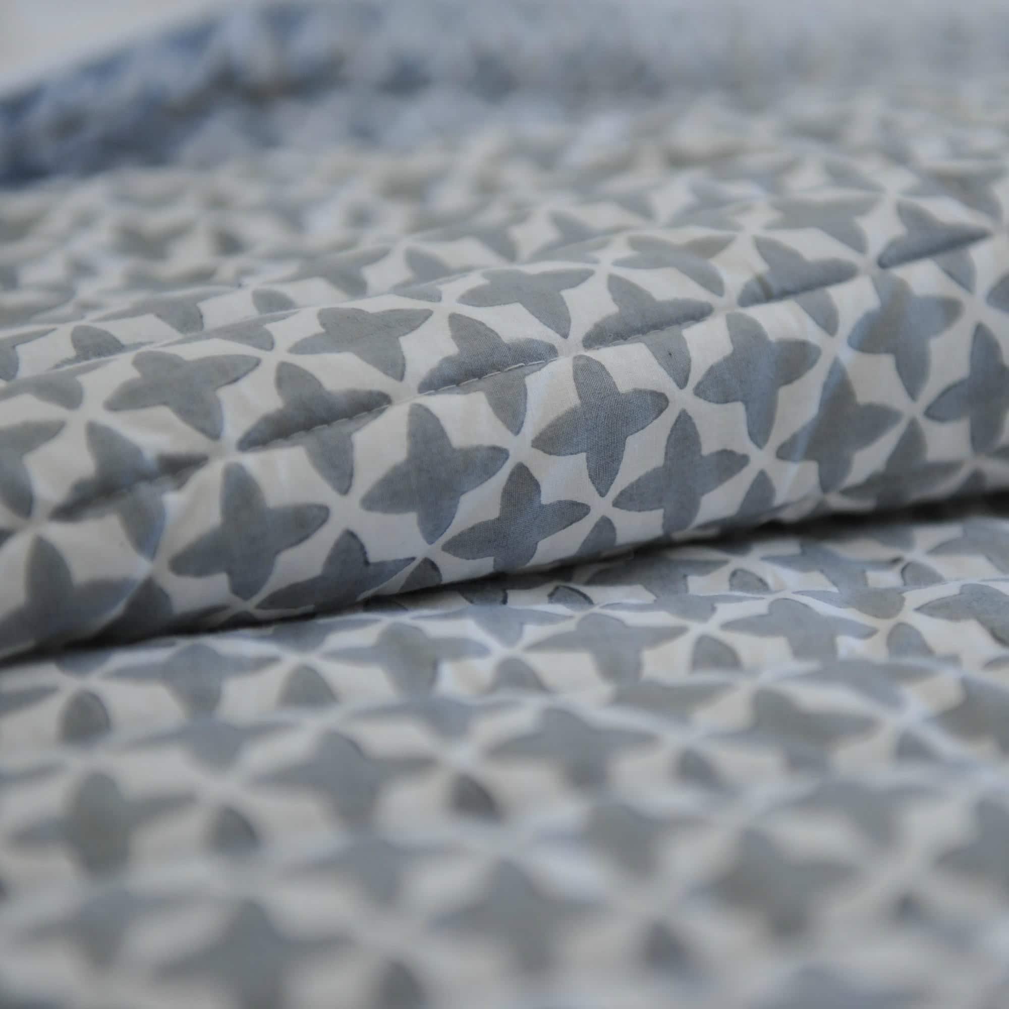 couvre lit etoiles gris le monde de rose. Black Bedroom Furniture Sets. Home Design Ideas