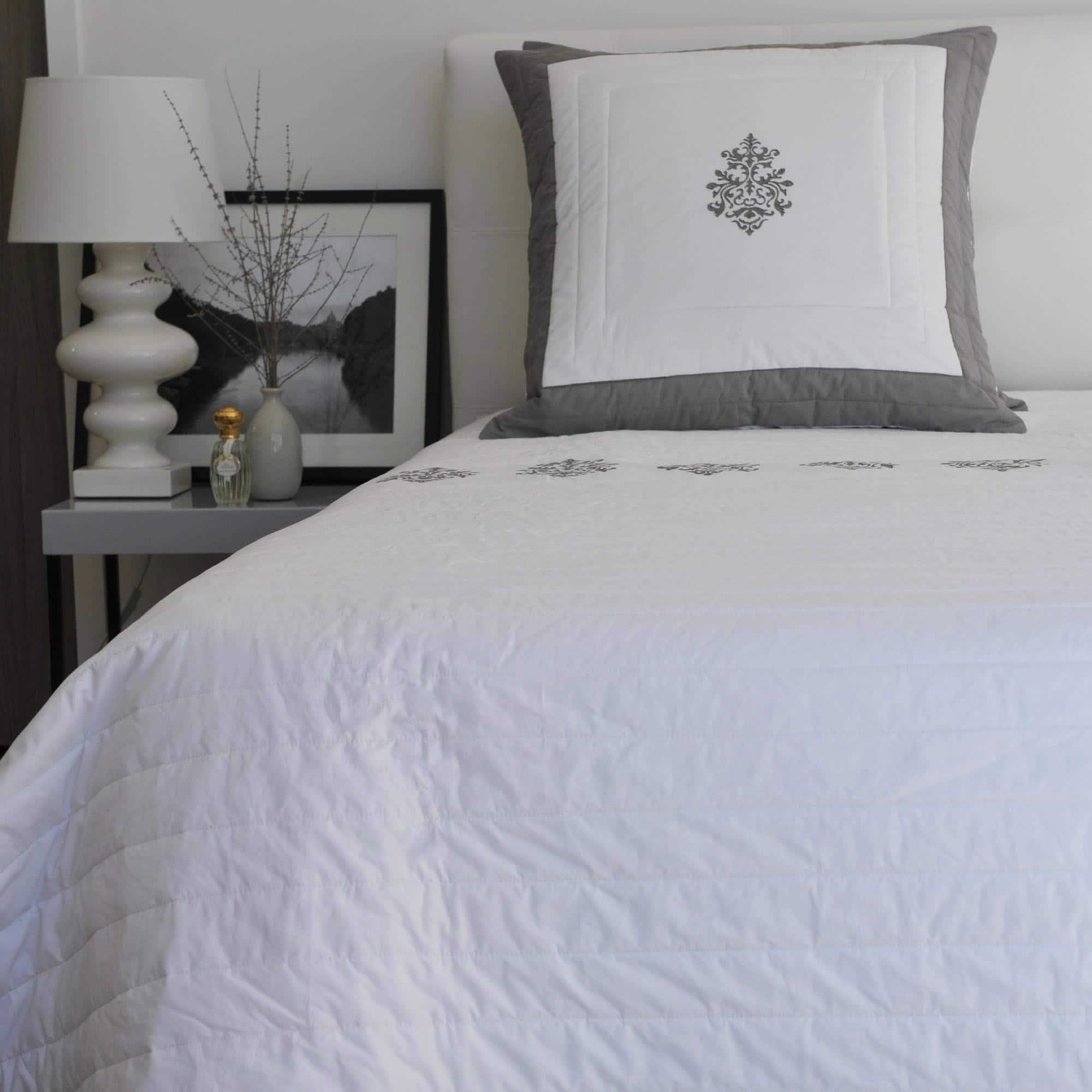 couvre lit gris louise le monde de rose. Black Bedroom Furniture Sets. Home Design Ideas