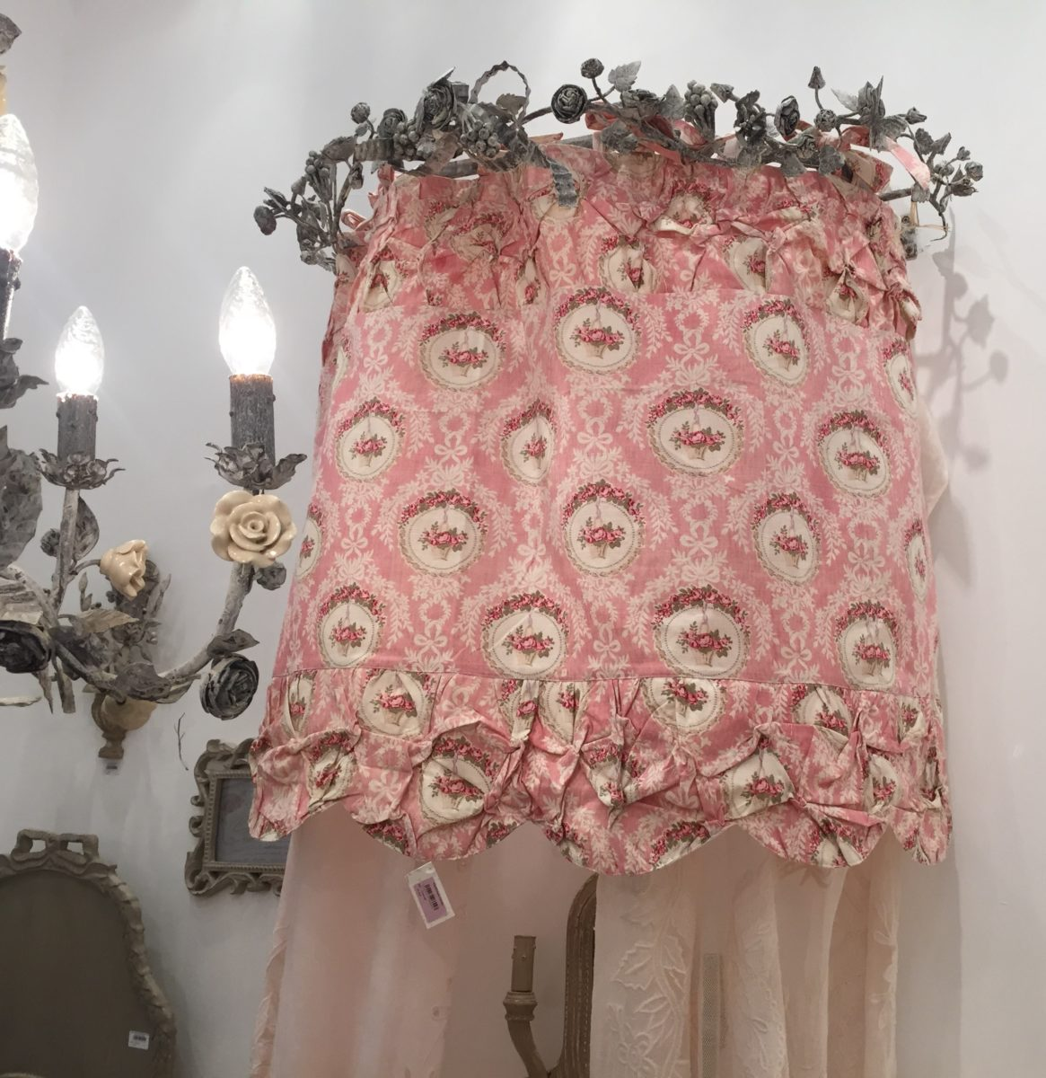 cantonni re guirlande de roses coquecigrues mod le cam e le monde de rose. Black Bedroom Furniture Sets. Home Design Ideas