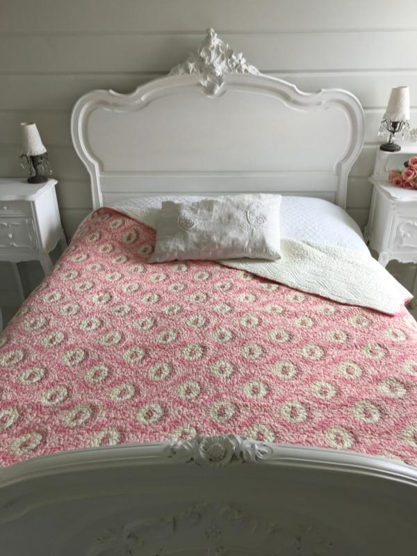 couvre lit mod le cam e coquecigrues le monde de rose. Black Bedroom Furniture Sets. Home Design Ideas