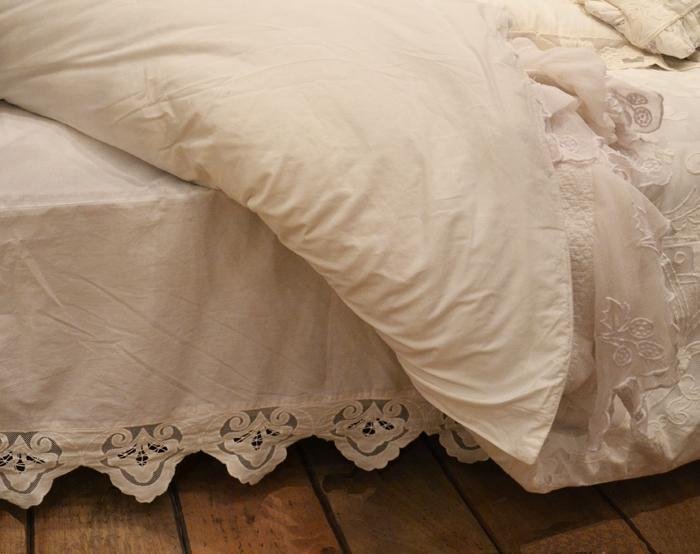 cache sommier coquecigrues reine le monde de rose. Black Bedroom Furniture Sets. Home Design Ideas