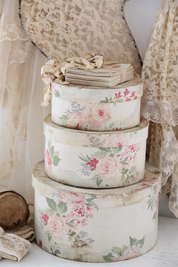 bo tes chapeaux aux roses le monde de rose. Black Bedroom Furniture Sets. Home Design Ideas