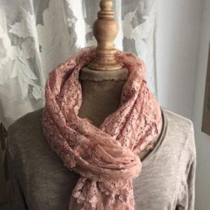echarpe-en-dentelle-rose-2-3886