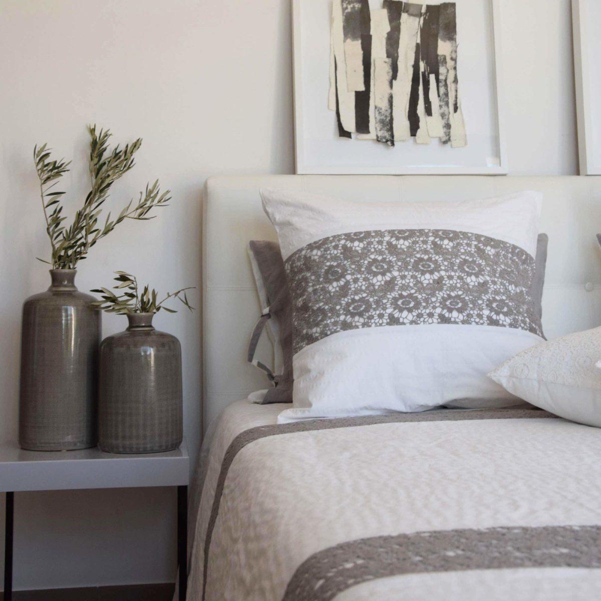 couvre lit nantes blanc et gris le monde de rose. Black Bedroom Furniture Sets. Home Design Ideas