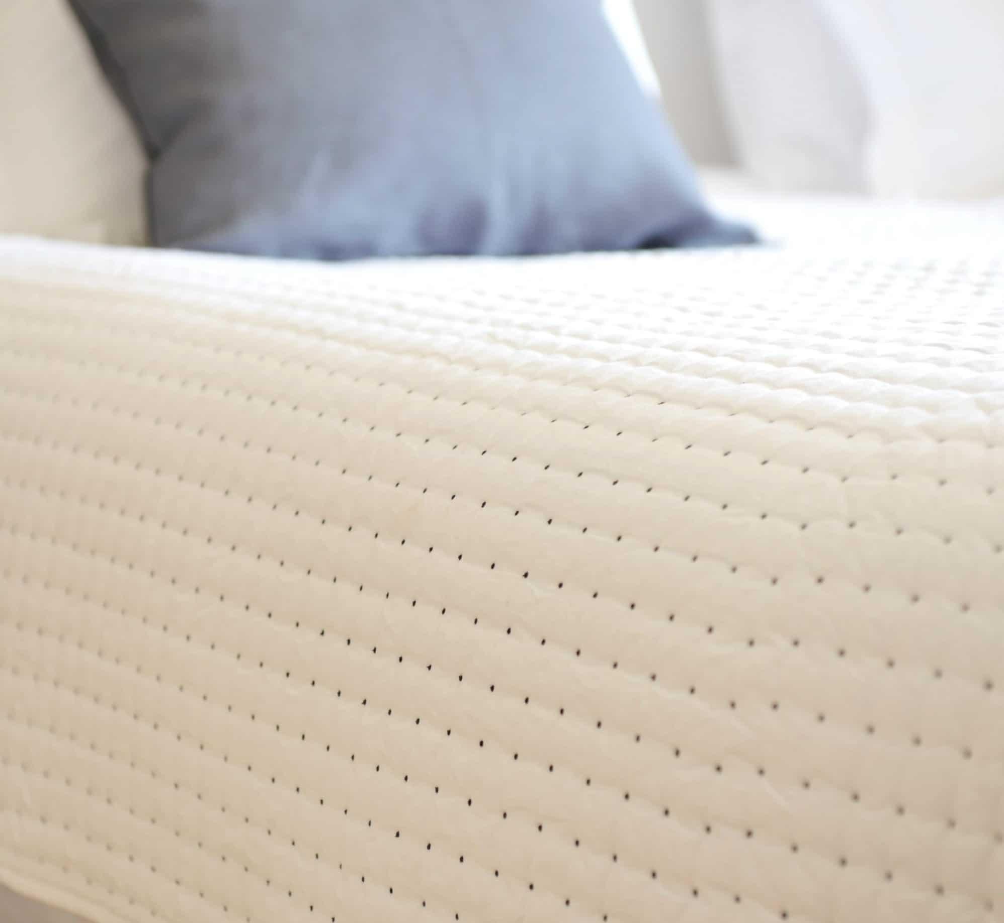 couvre lit plumetis noir le monde de rose. Black Bedroom Furniture Sets. Home Design Ideas