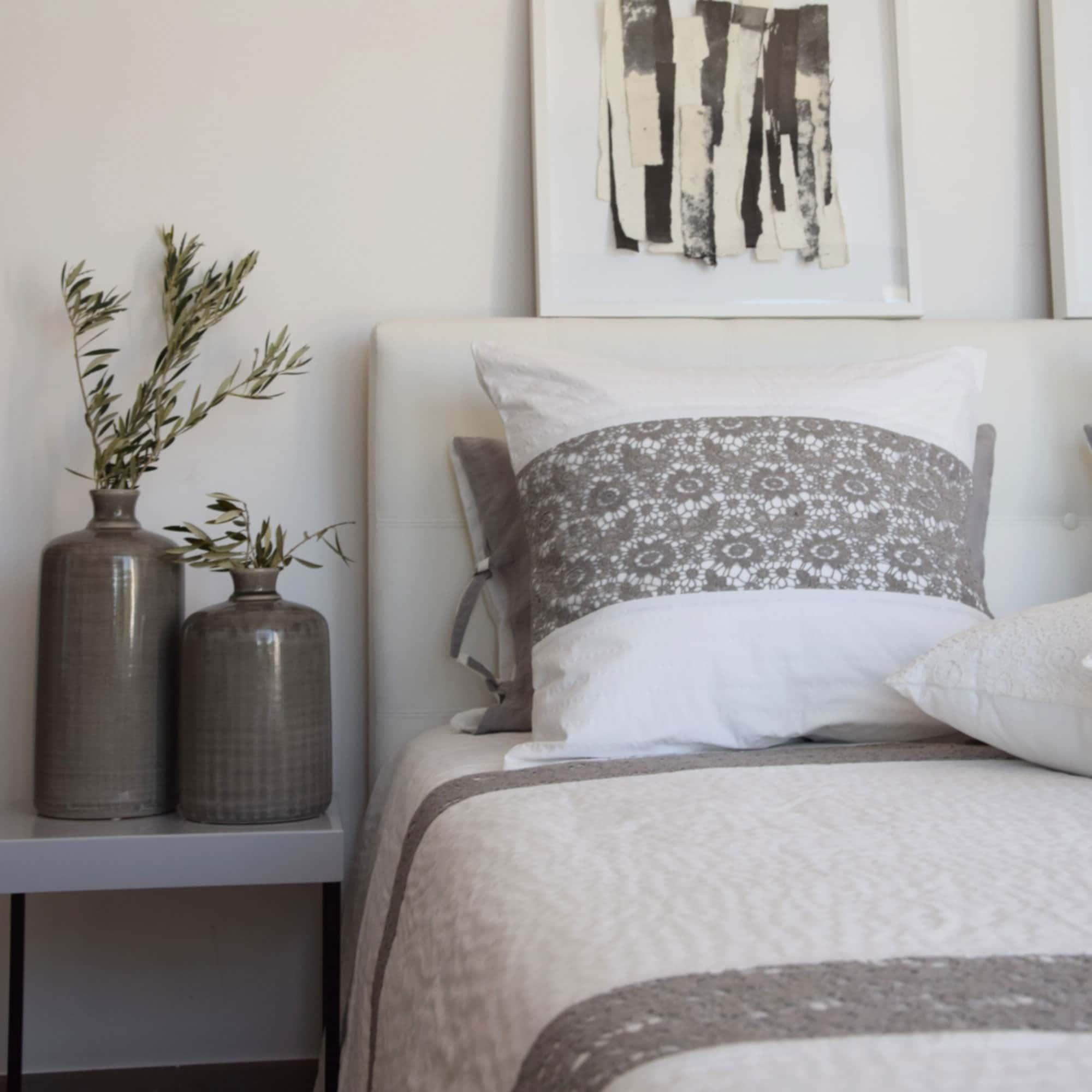 taie nantes blanc et gris le monde de rose. Black Bedroom Furniture Sets. Home Design Ideas