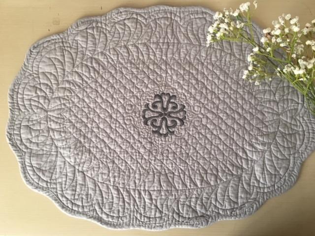 set de table boutis ovale mod le isle sur la sorgue gris le monde de rose. Black Bedroom Furniture Sets. Home Design Ideas