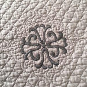Set de table boutis ovale Modèle ISLE SUR LA SORGUE gris