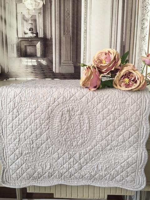 boutis beige et taupe simple boutis beige et taupe with boutis beige et taupe beautiful couvre. Black Bedroom Furniture Sets. Home Design Ideas